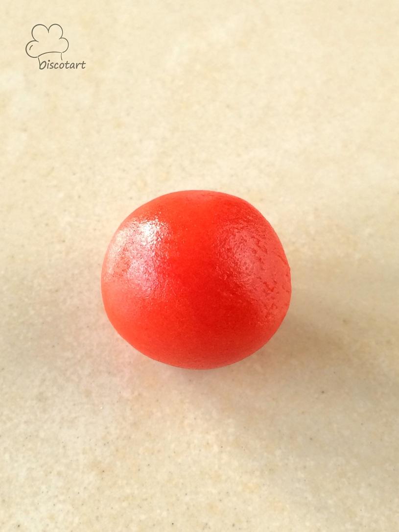 شكلي كرة من عجينة اللوز