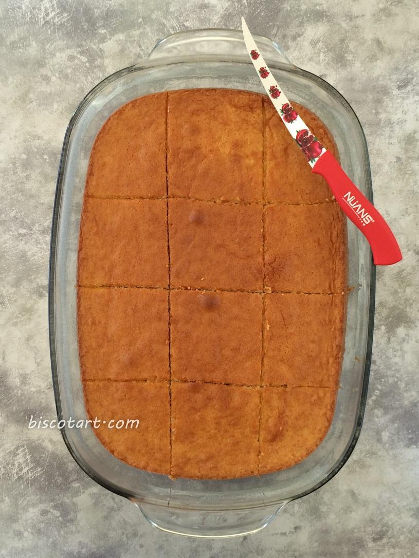 يقطع الكيك إلى مربعات متساوية
